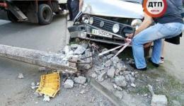 ДТП под Киевом в Броварах: водитель Volkswagen Golf вылетел с дороги и сбил столб. Без тяжелых травм. 03.05.2018