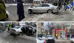 """У Львові легковик """"БМВ"""" врізався у бетонну опору... є поранені. 26.01.2018"""