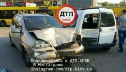 Видеорепортаж с места масштабного ДТП в Киеве на Московском проспекте, где разбито несколько авто. Есть пострадавшие.