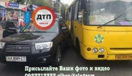 ДТП в Киеве на Строителей: столкновение маршрутки и Субару. ФОТО