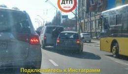 Одновременно два ДТП от Дорогожичей в напралении Караваевых Дач парализовали движение. 06.02.2018