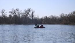 Рятувальники проводять пошукові роботи 3-х чоловік, які перевернулися з човна. 09.04.2018