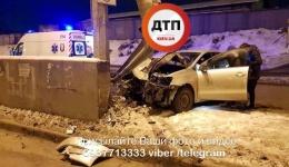 ДТП с пострадавшим в Киеве на ул. Е. Телиги: Volkswagen врезался в отбойник. Пострадал водитель. 25.01.2018