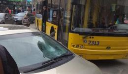 Зрада: в Киеве на Майдане пассажиры троллейбуса нанесли штраф на лобовом стекле водителя Хонда из Закарпатья, который припарковался на развороте габаритного транспорта. 10.04.2018