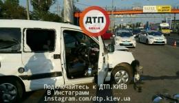 Масштабное ДТП в Киеве на Московском проспекте: разбито несколько авто. Есть пострадавшие. ФОТО