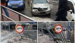 Киев. Наши читатели в течении 5 минут нашли автомобиль, который снес забор на Левобережке. 12.12.2017