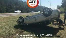 Дтп в Киеве на Старообуховской трассе: водитель Хонда Сивик вылетел с дороги и опрокинулся.
