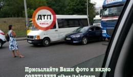 ДТП в Киеве на Окружной: Мицубиши застрял между фурой и микроавтобусом. ФОТО