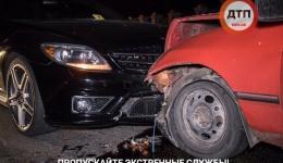 В Киеве на Парковой дороге Ford влетел в Mercedes: у пострадавшего водителя нашли пакет «травы». 19.05.2018