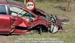 Девушка-водитель уничтожила автомобиль Mazda о дерево в парке. 09.04.2018