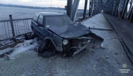 Черкаси - автомобіль дивом не впав з дамби...