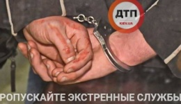 Фоторепортаж: 18 апреля в троллейбусе возле Майдана Независимости подралась компания пьяных парней. Двое получили ножевое ранение. 19.04.2018