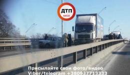 Траспортный коллапс из-за ДТП в Киеве на мосту Нивки. 25.01.2018